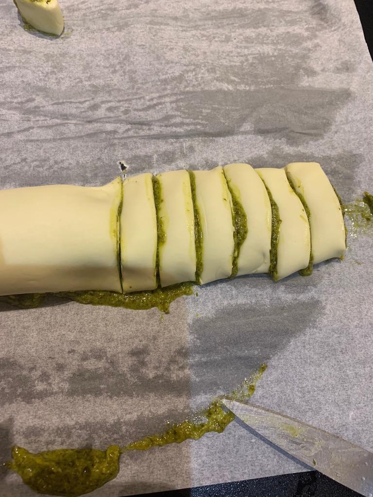 Tarte au pesto - Couper la pate au pesto en tranches - Recettes Delphine